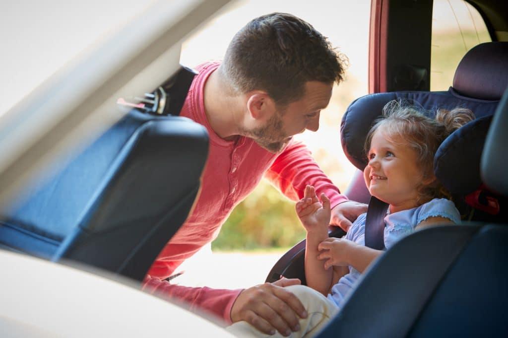 Opta por un coche híbrido de renting para viajar con la familia.